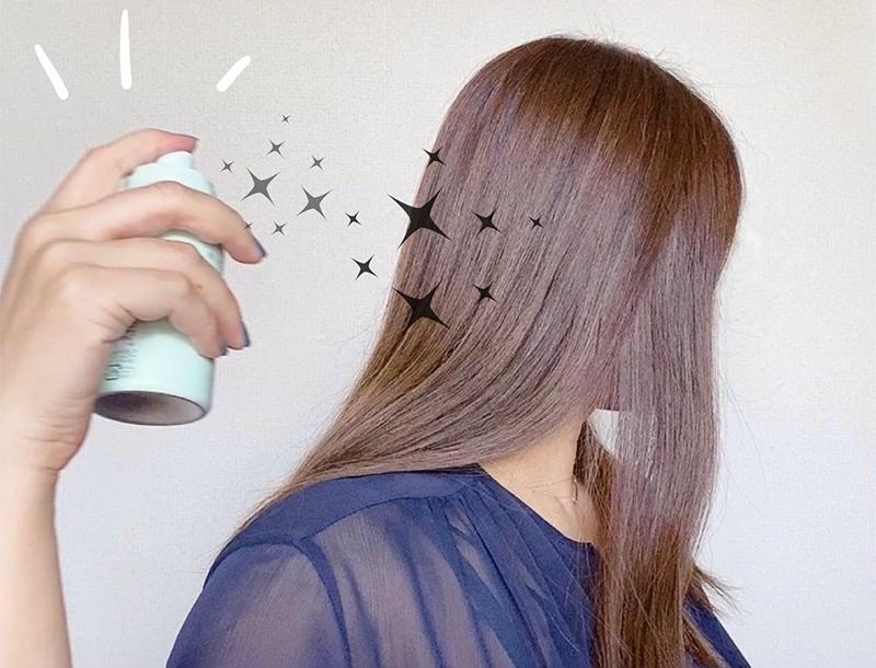 使い方は、遠目から髪全体にまんべんなくスプレーしたあと 手ぐしでかるくなじませるだけで OK !